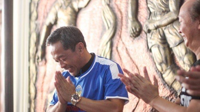 Pelatih baru PSIM, Aji Santoso (kiri) bersama CEO PT PSIM Jaya, Bambang Susanto dalam sesi perkenalan di Monumen PSSI, Yogyakarta, Senin (15/7/2019)