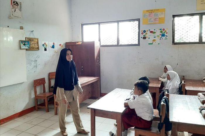 Nining Suryani, guru honorer di SDN Karyabuana 3 Cibaliung