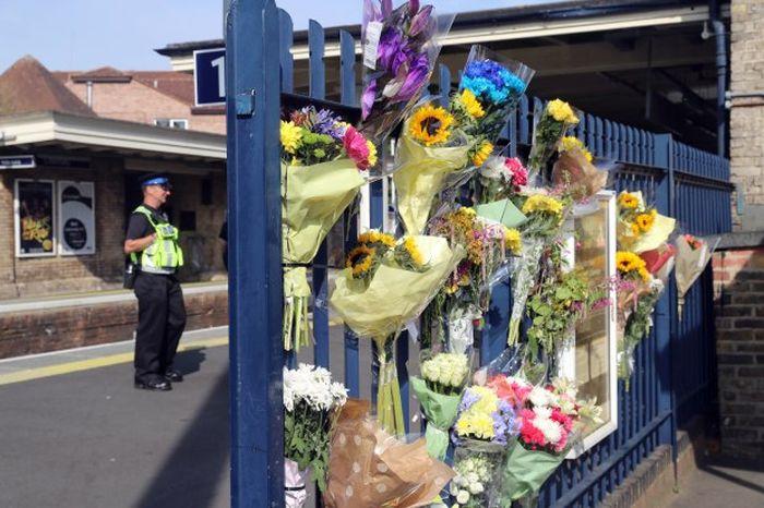 Bunga dan catatan untuk tribut ditinggalkan di sekitar lokasi kejadian
