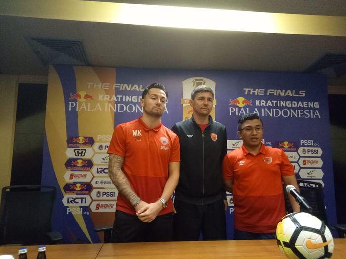 Pemain dan pelatih PSM Makassar, Marc Klok serta Darije Kalezic pada jumpa pers di ruang media Stadion Utama Gelora Bung Karno (SUGBK), Sabtu (20/7/2019).