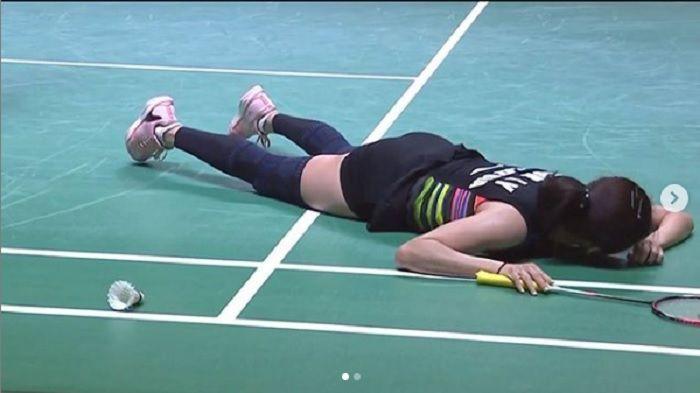 Pebulu tangkis spesialis ganda campuran Malaysia, Goh Liu Ying usai jatuh tersungkur di atas lapangan Istora Senayan, dalam laga melawan Tontowi Ahmad/Winny Oktavina Kandow, Jumat (19/7/2019).