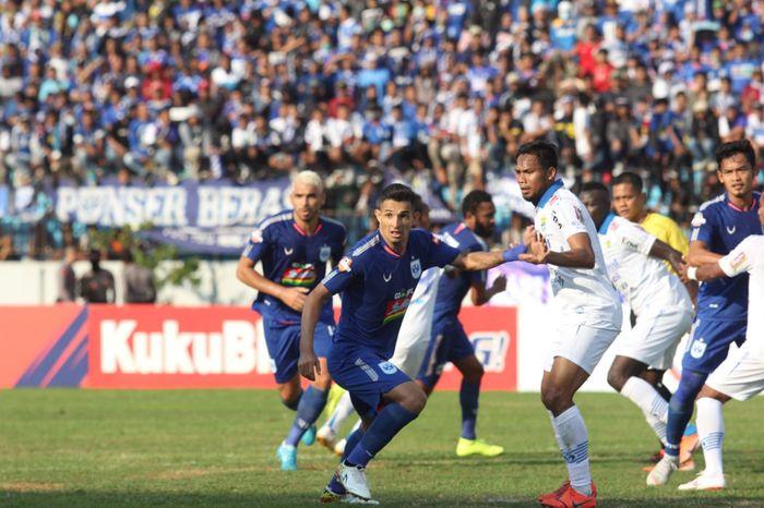 Pemain PSIS Semarang, Silvio Escobar (kiri), dibayangi bek Persib Saepuloh Maulana (kanan) pada laga pekan kesepuluh Liga 1 2019 di Stadion Moch Soebroto, Magelang, Minggu (21/7/2019).