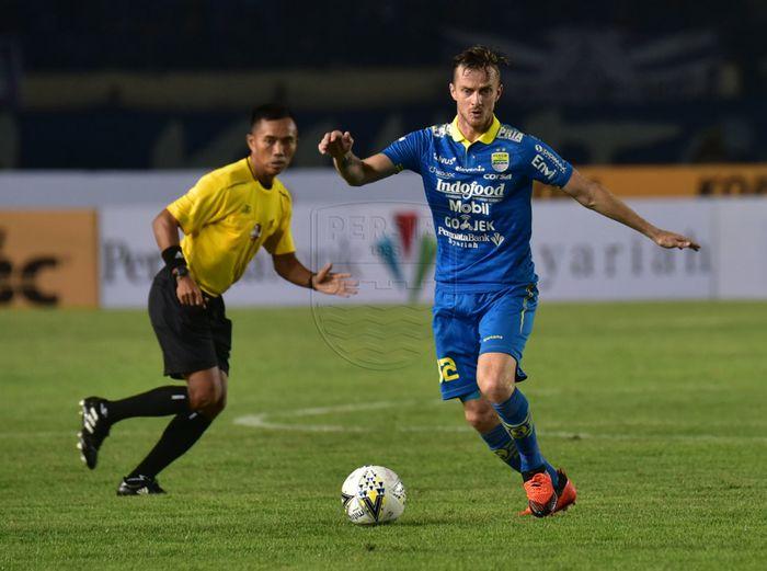 Aksi mantan gelandang Persib Bandung, Rene Mihelic, saat membela timnya melawan PSIS Semarang pada pekan kesepuluh Liga 1 2019.