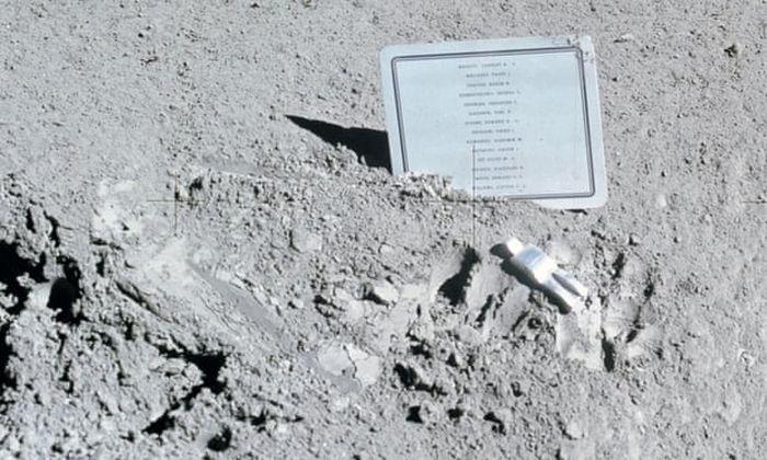 Patung astronot yang jatuh tertinggal di sebelah patung.