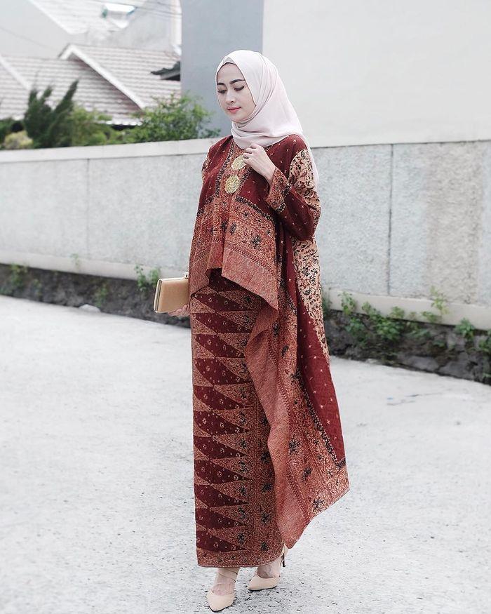 5 Pilihan Outfit Batik Hijab Modern Buat Tampilan Maksimal