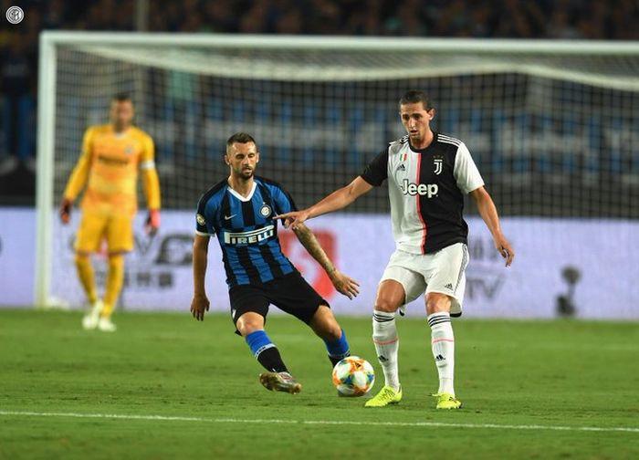Gelandang Juventus, Adrien Rabiot (kanan), berduel dengan pemain Inter Milan, Marcelo Brozovic (kiri) dalam laga International Champions Cup 2019 di Nanjing Olympic Sports Center, 24 Juli 2019.