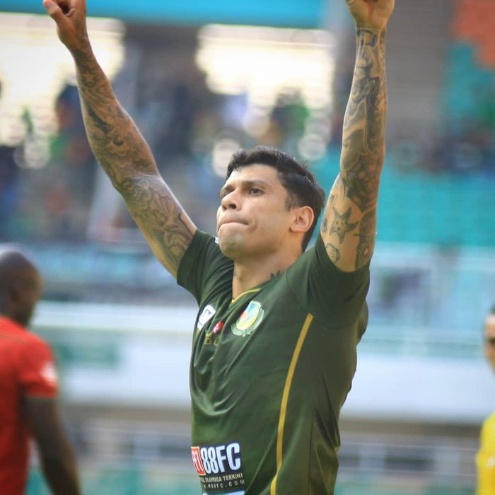Striker Tira-Persikabo, Ciro Alves, melakukan selebrasi setelah mencetak gol ke gawang Kalteng Putra pada pekan ke-11 Liga 1 2019.