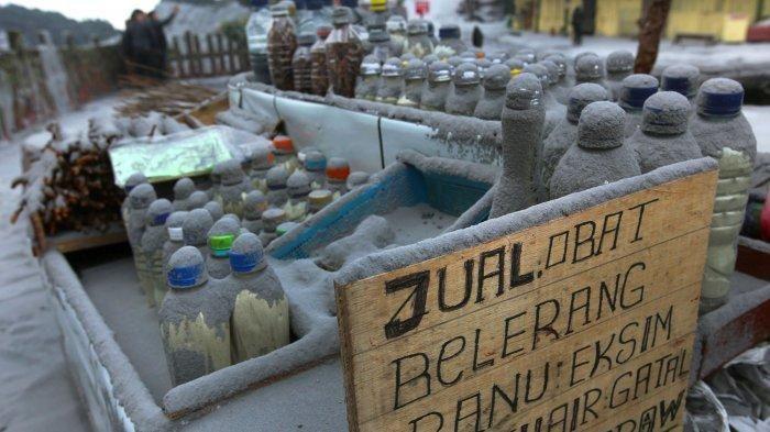 Barang dagangan warga tertutup abu vulkanik dari erupsi Gunung Tangkuban Parahu