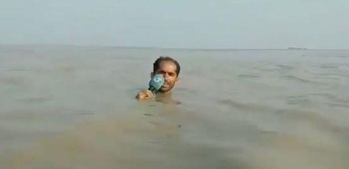 Mirror Wartawan meliput banjir.