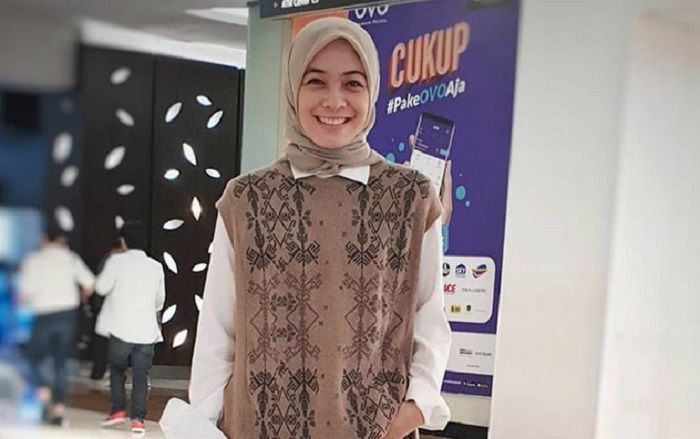 Hijab simple tanpa aksesori bahakan jarum pentul di kepala, pakai helm jadi nyaman.