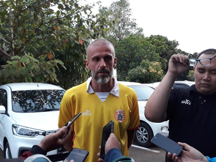 Asisten Pelatih Persija Jakarta, Eduardo Perez, memberikan komentar kepada awak media