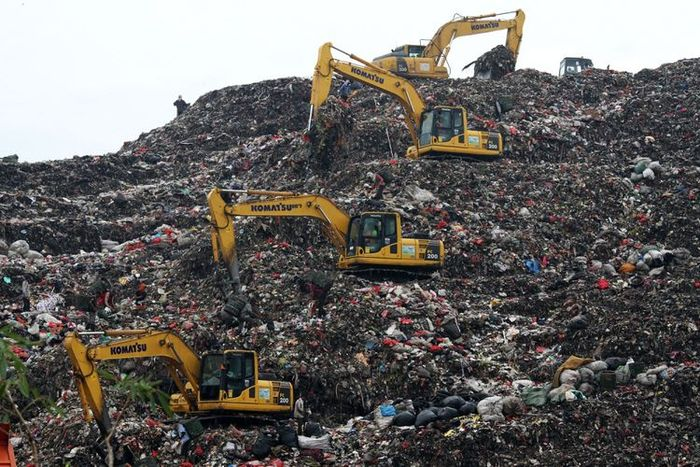 Sejumlah alat berat beroperasi di lokasi Tempat Pengolahan Sampah Terpadu (TPST) Bantar Gebang  Artikel