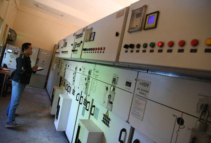 Pekerja mengecek mesin yang terdapat pada 'landfill gas powerplant' di Tempat Pembuangan Akhir (TPA) Benowo, Surabaya, Jawa Timur. TPA Benowo dikenal sebagai pembangkit listrik tenaga sampah (PLTSa) yang dapat menghasilkan energi listrik dari sampah serta terhubung langsung dengan PLN untuk disalurkan ke masyarakat.