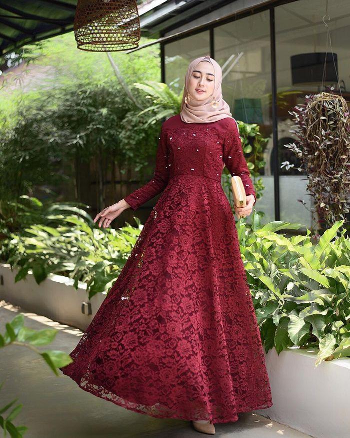 5 Gaun Pesta Mewah Warna Merah Yang Bikin Hijabers Tampil Penuh