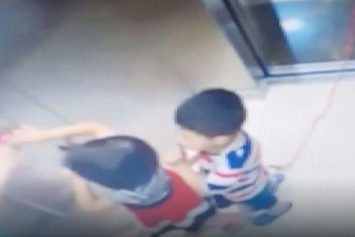 Bocah itu masuk dengan tali terjulur keluar pintu lift.
