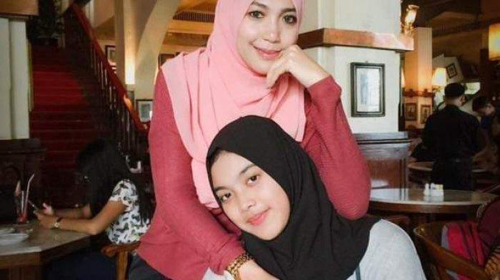 Aurellia Quratu Aini (jilbab hitam) semasa hidup bersama ibunya