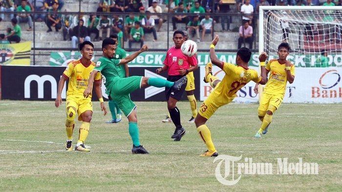 Pemain PSMS Medan, Aidun Sastra (kiri), saling berebut bola dengan pemain Sriwijaya FC, Ahmad Ihwan, pada lanjutan Liga 2 2019 di Stadion Teladan, Medan, pada 1 Agustus 2019
