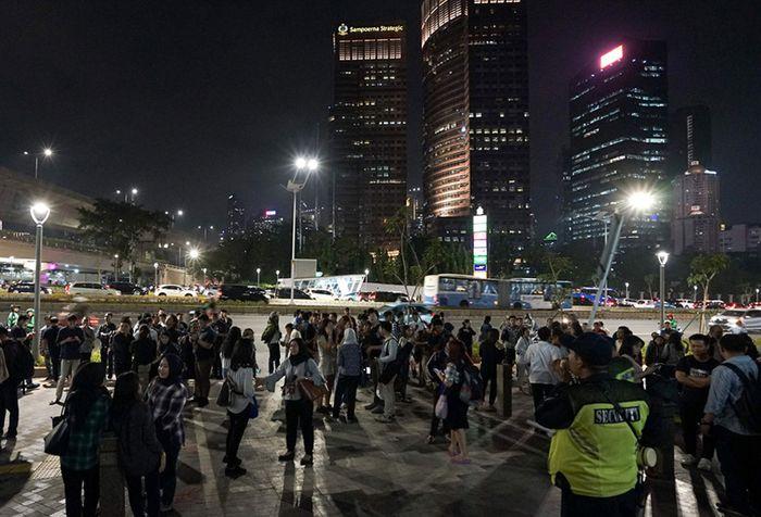 Karyawan berada diluar gedung perkantoran sesaat setelah terjadi gempa di kawasan Sudirman, Jakarta, Jumat (2/8/2019). Badan Meteorologi, Klimatologi, dan Geofisika (BMKG) menyebut gempa tersebut memiliki Magnitudo 7,4 dan berpusat di wilayah barat daya Sumur, Banten.