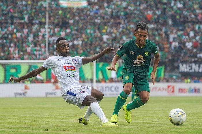 Sayap Persebaya Surabaya Irfan Jaya (kanan) ditempel ketat pemain Arema FC Riky Kayame dalam final leg pertama Piala Presiden 2019 di Stadion Gelora Bung Tomo, Kota Surabaya, Selasa (9/4/2019) sore WIB.