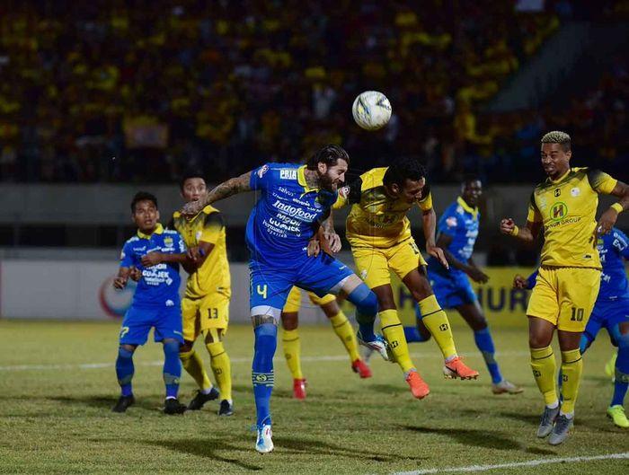 Bek Persib Bandung, Bojan Malisic, beraduel dengan pemain Barito Putera pada lanjutan Liga 1 2019 di Stadion Demang Lehman, Minggu (4/8/2019).