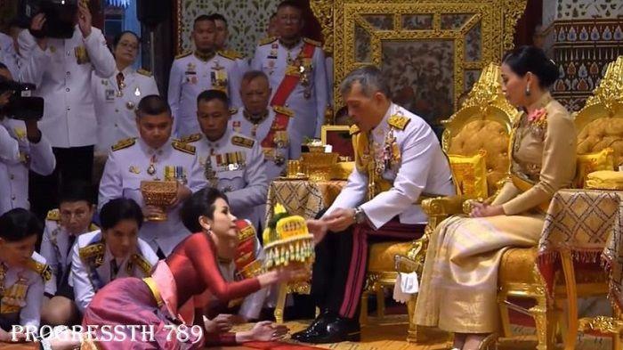 Raja Thailand, Raja Vajiralongkorn mengangkat selir resmi (merah) di depan istri yang baru dinikahinya 3 bulan lalu.