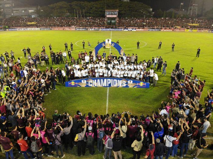 Suasana perayaan PSM Makassar sebagai juara Piala Indonesia 2018 di Stadion Andi Matalatta, Makassar, Selasa (6/8/2019).