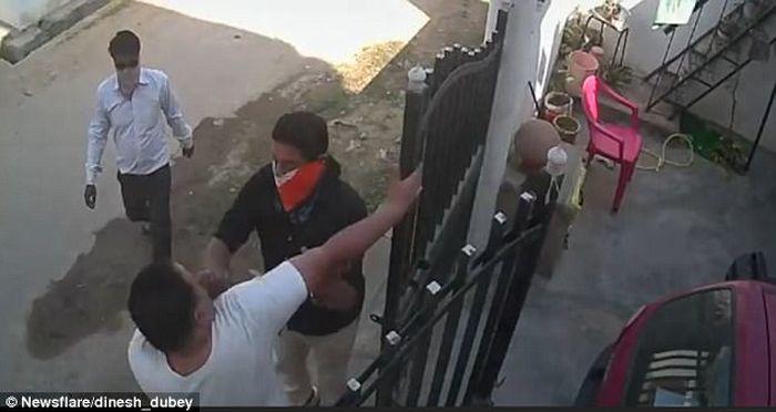 Sang suami dikeroyok sejumlah penjahat