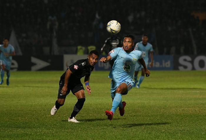 Pemain Persib Bandung, Ardi Idrus, berebut bola dengan winger Persela Lamongan, Sugeng Efendi, dalam pertandingan pekan ke-13 Liga 1 2019.