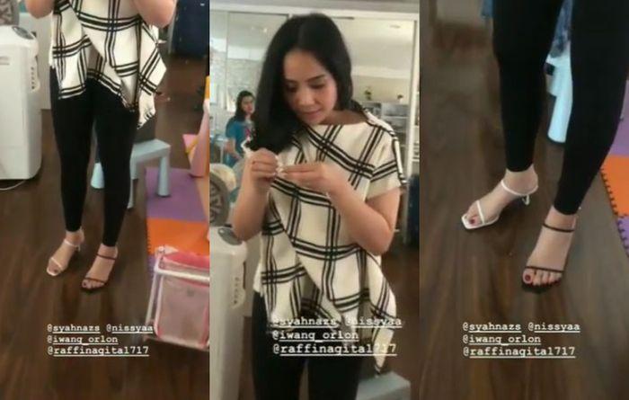 Gaya modis Nagita Slavina. Istri Raffi Agmad ii memakai sepasang sepatu model strap beda warna.