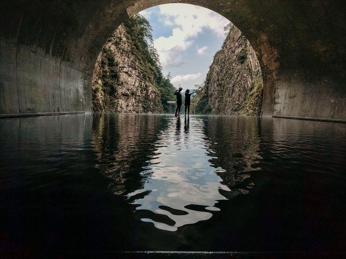 Pengunjung berpose di Tunnel of Light.  Shot on OPPO Reno 10x Zoom.