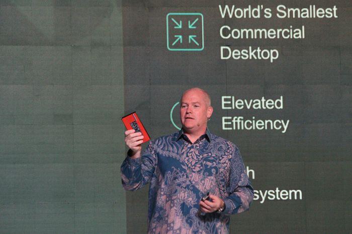 Lee Highsmith (Senior Worldwide Competitive Analyst, Lenovo Intelligent Devices Group, PCs & Smart Devices Business) menampilkan ThinkCentre Nano yang diklaim sebagai PC desktop komersial terkecil di dunia pada Lenovo Transfrom 3.0.