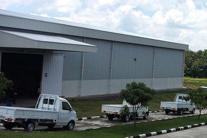 Suasana pabrik mobil Esemka