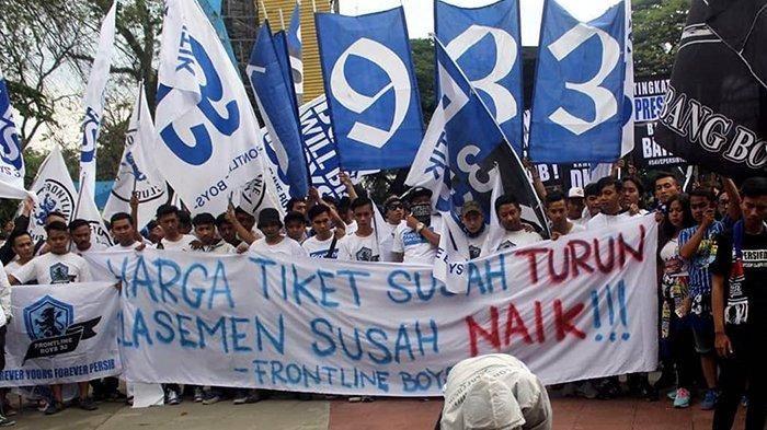 Suporter Persib Bandung, Bobotoh, melakukan aksi unjuk rasa atas buruknya performa tim Maung Bandung di Liga 1 2019 pada Sabtu (10/8/2019).