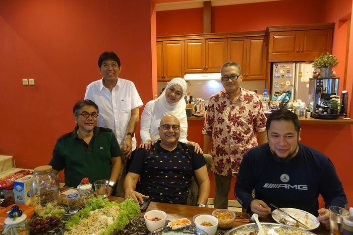 Irwan Mussry bersama ibu dan saudara dari Maia Estianty