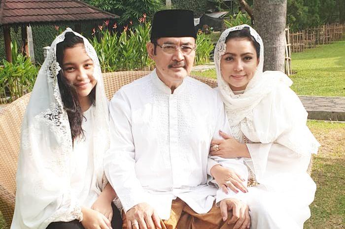 Mayangsari bersama sang suami dan anak