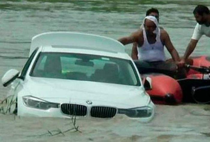 Mobil BMW hadiah orangtuanya yang diceburkan ke sungai