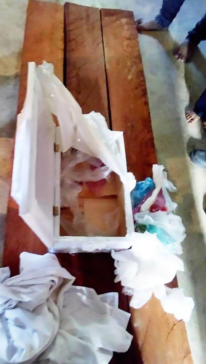 Saat membuka peti mati tersebut, mereka hanya menemukan bahwa di dalamnya hanya ada sampah plastik berserakan.