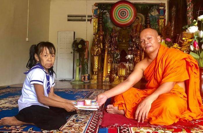 Bo bersama seorang biksu di sebuah kuil.