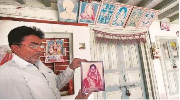 Suami Pan Qiaoer menunjukkan foto istrinya sebelum meninggal.