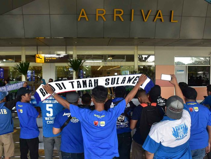 Bobotoh menyambut kedatangan pemain Persib di Bandara Internasional Sultan Hasanuddin, Makassar.