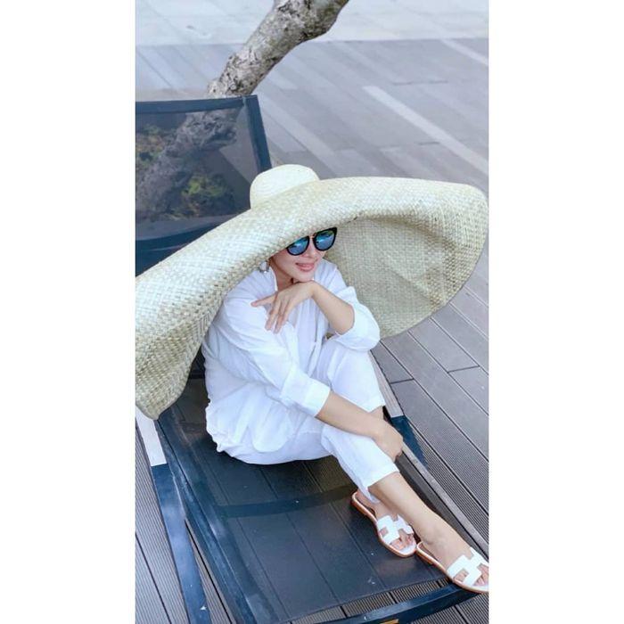 Super Nyentrik! Pakai Topi Lebar Bak Tikar, Syahrini Padukan Outfitnya dengan Sandal Teplek Jutaan Rupiah!