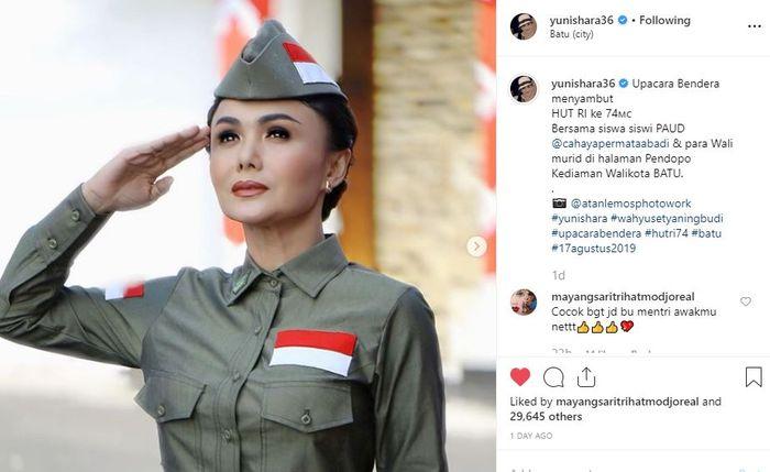 Yuni Shara tampil mengenakan pakaian veteran kemerdekaan