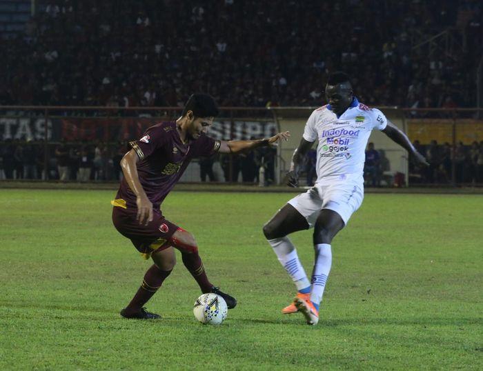 Striker Persib Bandung, Ezechiel Ndouassel, berebut bola dengan bek PSM Makassar, Abdul Rahman, pada laga pekan ke-15 Liga 1 2019.
