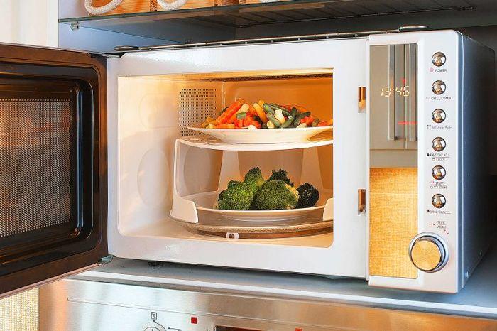 Berdiri Terlalu Dekat dengan Microwave, Akankah Terpapar Radiasi?