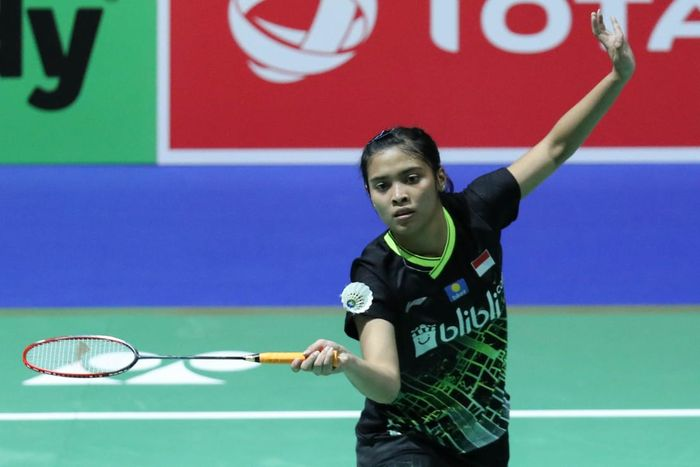 Pebulu tangkis tunggal putri Indonesia, Gregoria Mariska, mengembalikan kok ke arah Busanan Ongbamrungphan (Thailand) pada babak kedua Kejuaraan Dunia 2019 di St Jakobshalle, Basel, Swiss, Selasa (20/8/2019).