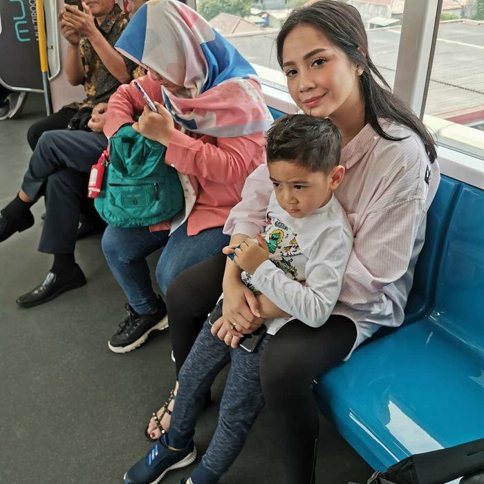 Cuma Naik MRT, Nagita Slavina Kepergok Pakai Kemeja Simpel Harga Belasan Juta Rupiah!