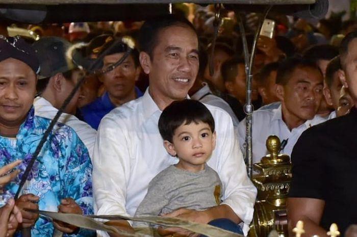 Jan Ethes bikin gemas netizen lagi lewat aksinya menyetir mobil di halaman Istana Bogor. Kecil-kecil sudah berani ya?