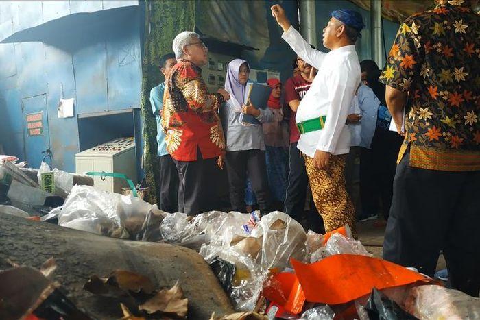 Wali Kota Bekasi Rahmat Effendi mengunjungi Pembangkit Listrik Tenaga Sampah (PLTSa) Sumur Batu, Bantar Gebang, Bekasi, Jumat (19/7/2019).