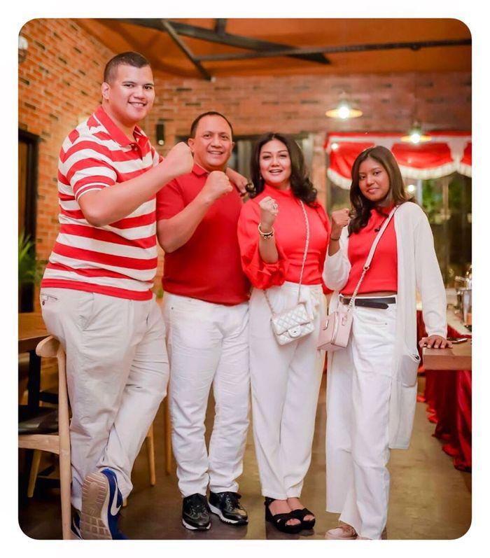 Kompaknya keluarga Bella Saphira saat berfoto dalam nuansa merah putih.