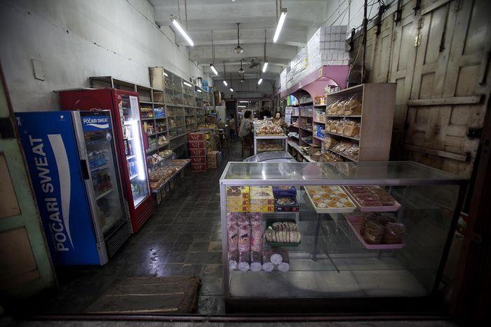 Interior Toko Roti Djoen di Jalan Malioboro, Ketandan Yogyakarta. Pengunjungnya dipastikan pelanggan tetap toko Djoen yang sepia membeli produk Djoen turun temurun.